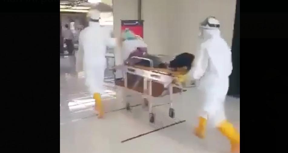 Gambar Seorang Mahasiswi Dievakuasi dari Bandara Tampa Padang