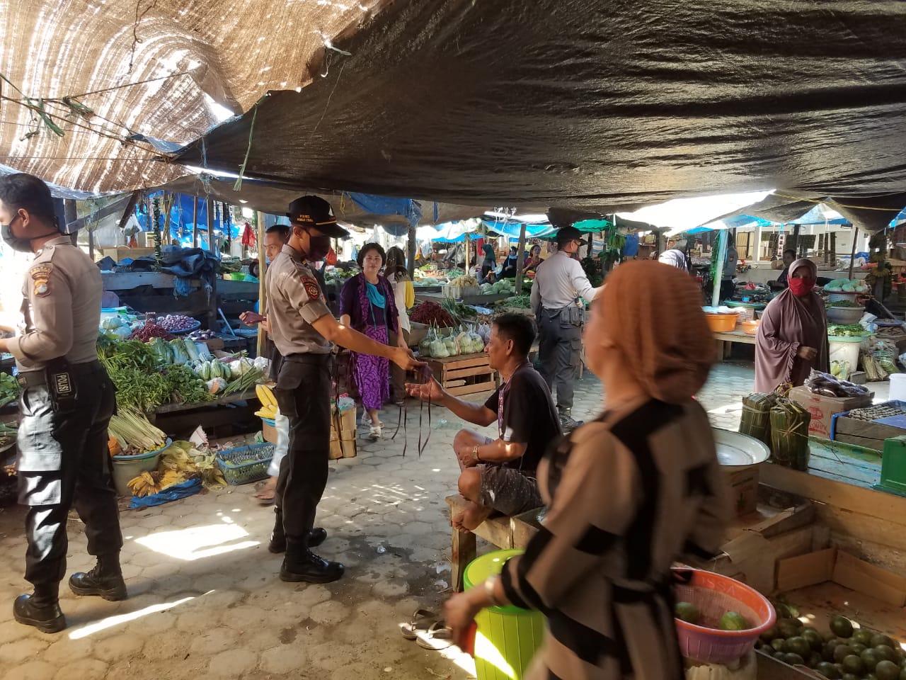 img Sat Sabhara Polres Matra, Bagikan Masker di Pasar Smart Pasangkayu