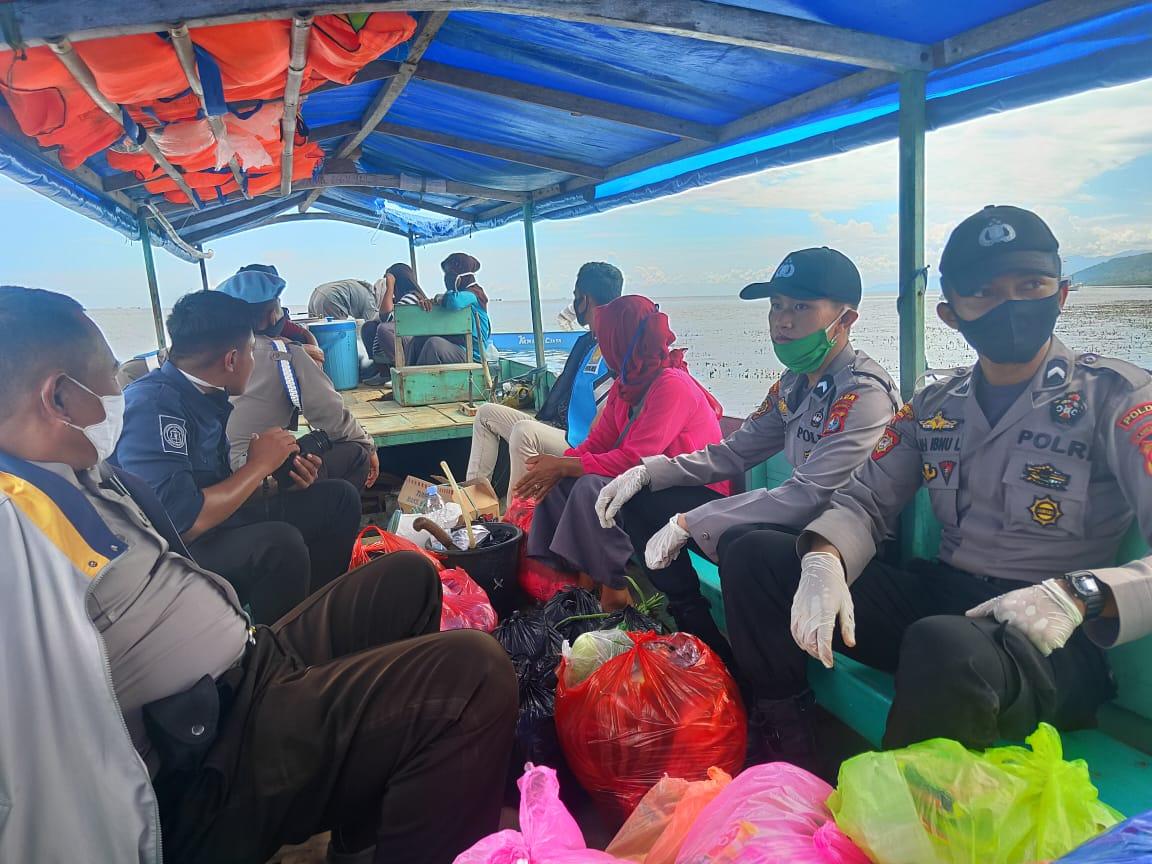 Polda Sulbar Bagikan Bantuan di Pulau Karampuang