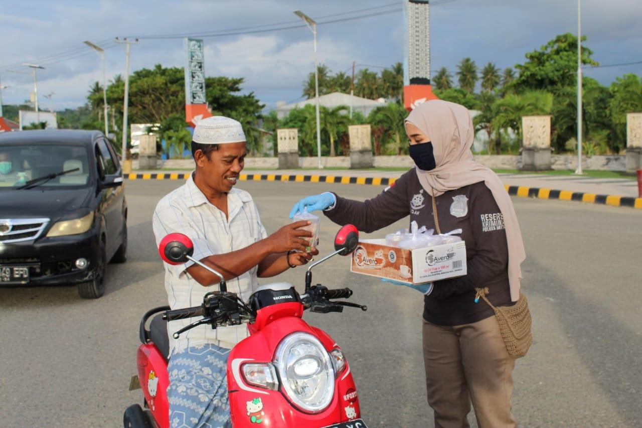 Reskrim Polres Mamuju Utara Bagi Ta'jil di Bundaran Smart Pasangkayu
