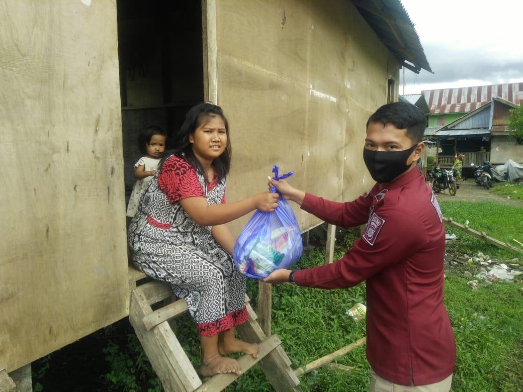 Polda Sulbar Memberi Bantuan Kepada Masyarakat Miskin yang Hanya Konsumsi Ubi Kayu