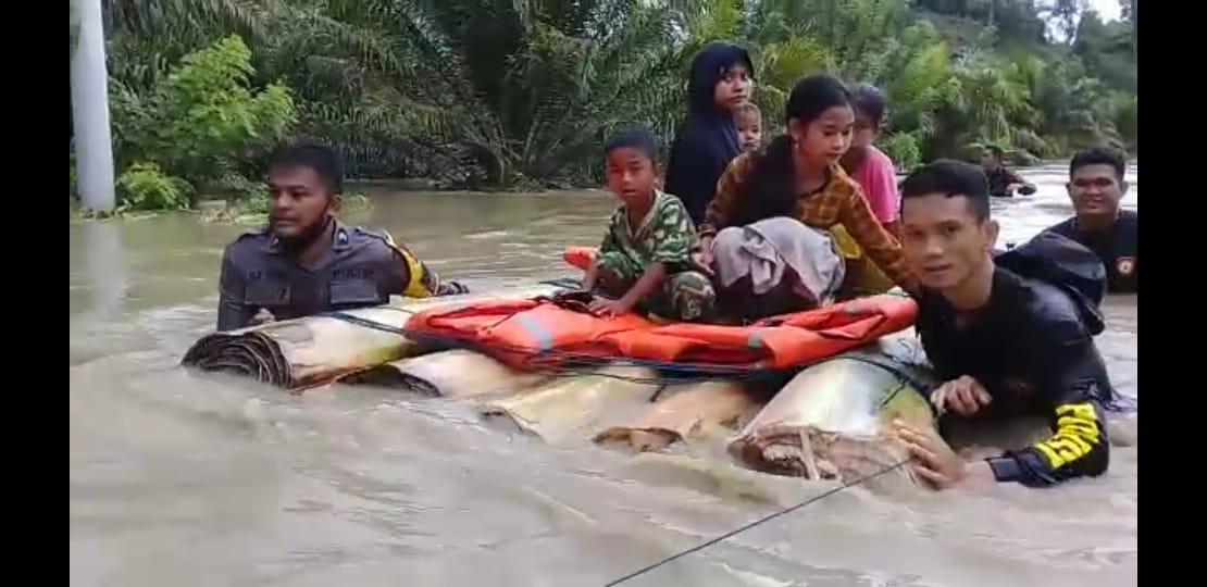 Gambar Dengan Batang Pisang, Polisi Evakuasi Korban Banjir