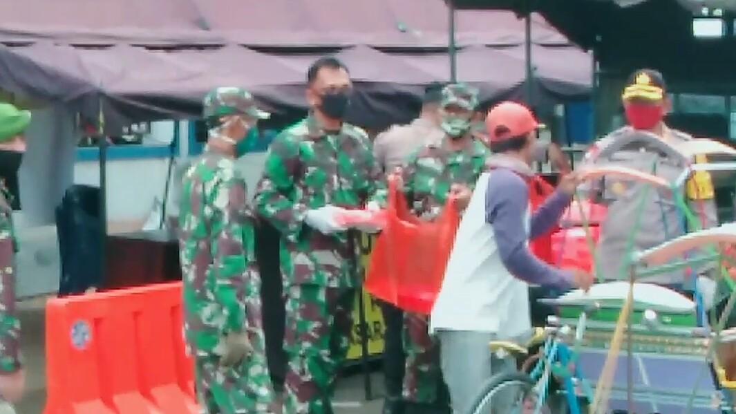 TNI, Polri dan Pemkab Majene Berbagi Makanan Buat Takjil