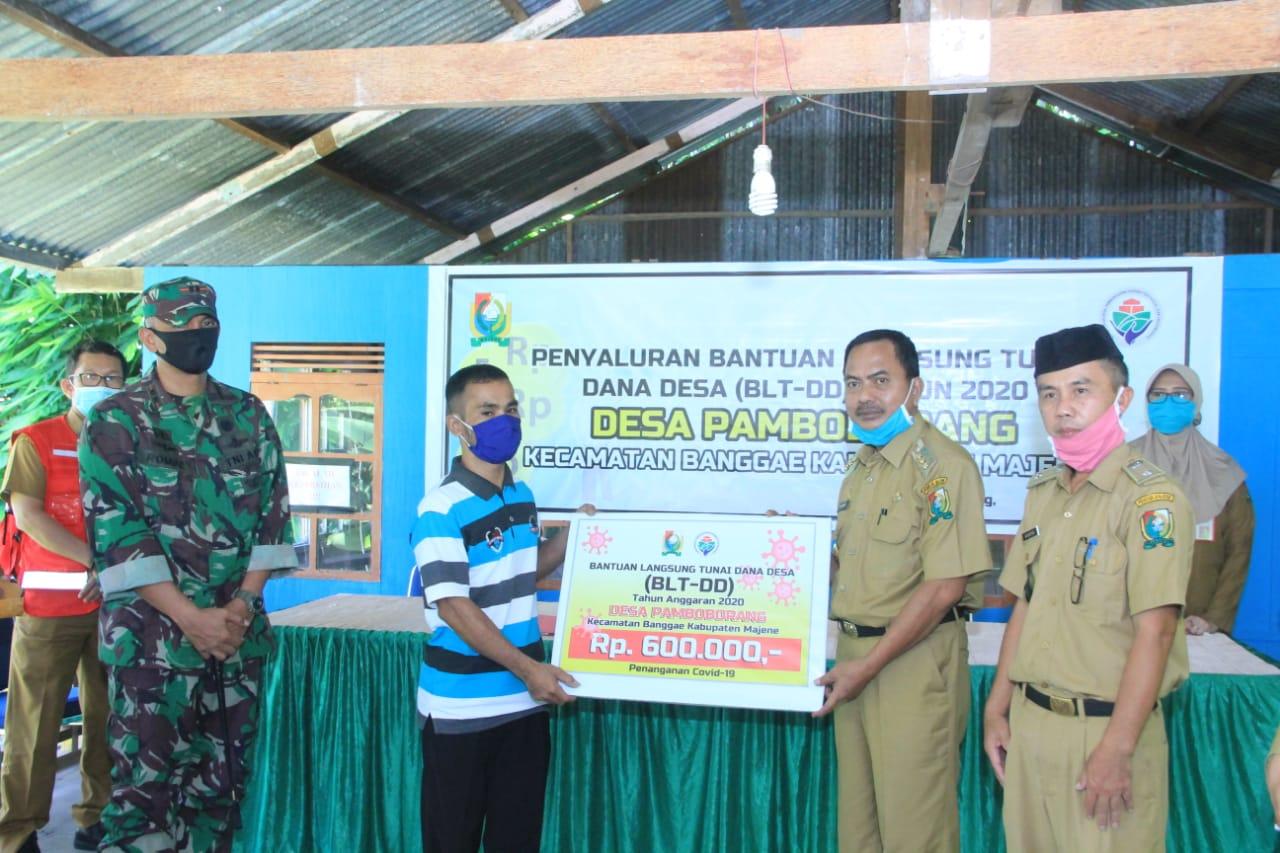 Gambar Bupati Fahmi Salurkan BLT DD kepada Ratusan Warga di  Desa Pamboborang