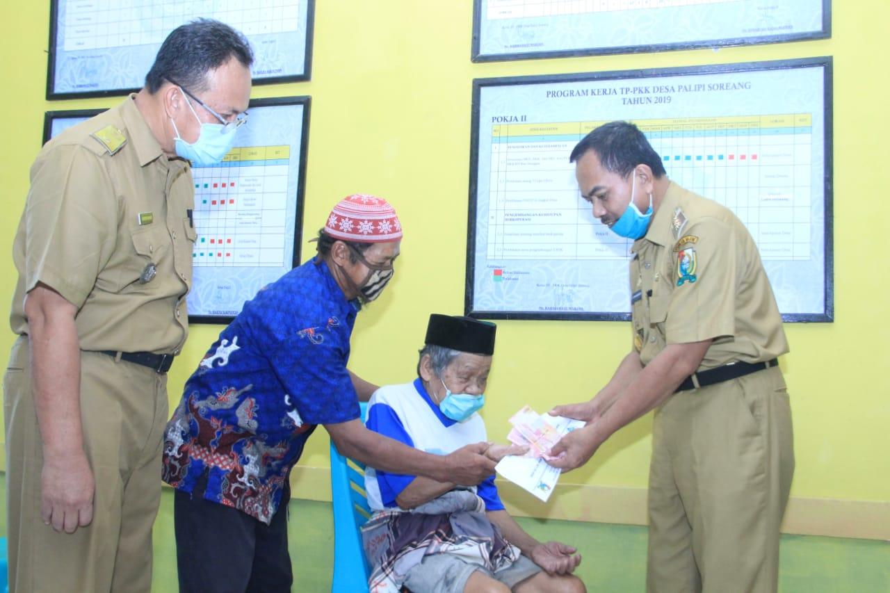 Gambar Pembagian BLT DD di Desa Palipi Soreang Pakai Protokol Kesehatan