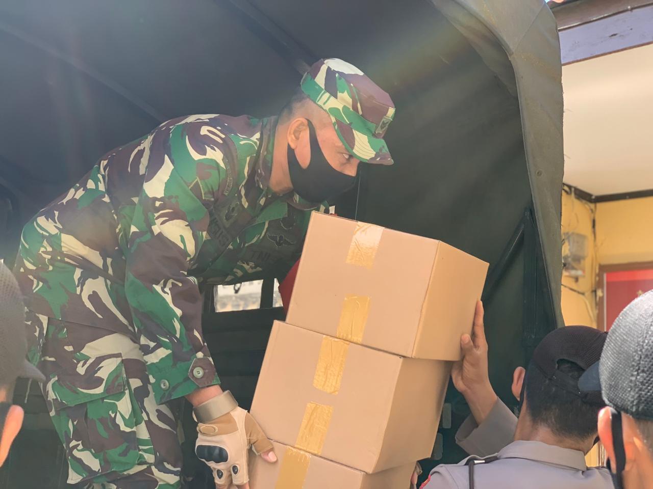 Gambar Sinergitas TNI/POLRI Kembali Salurkan 1.275 Paket Sembako