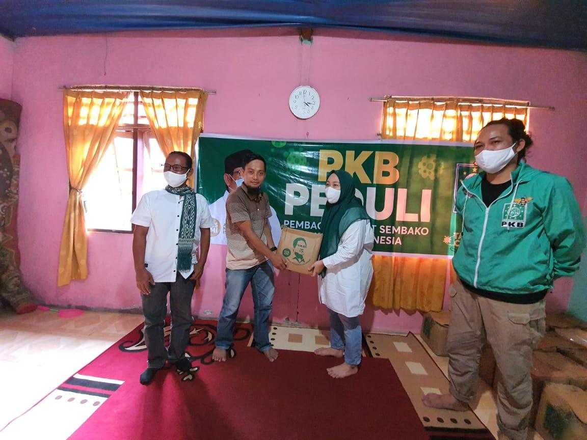 Aksi PKB Peduli, Bakri Ajak Sutinah Berbagi Paket Sembako