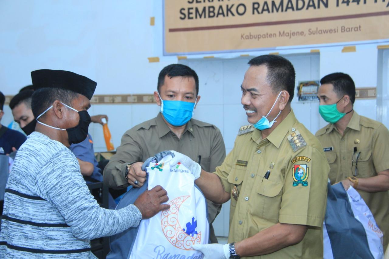 Gambar Bupati Fahmi Serahkan Bantuan Paket Sembako kepada Warga Timbo-timbo