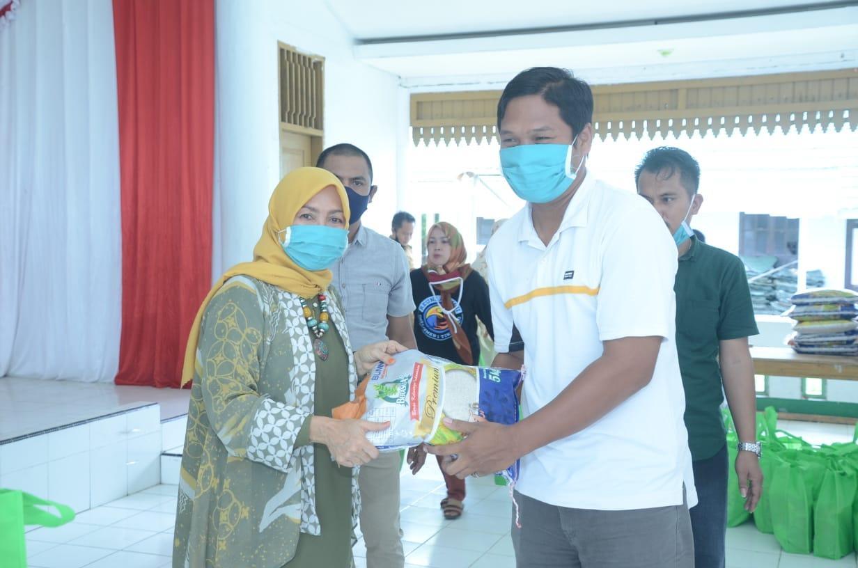 Gambar Ny Fatmawati Fahmi Terus Bebagi