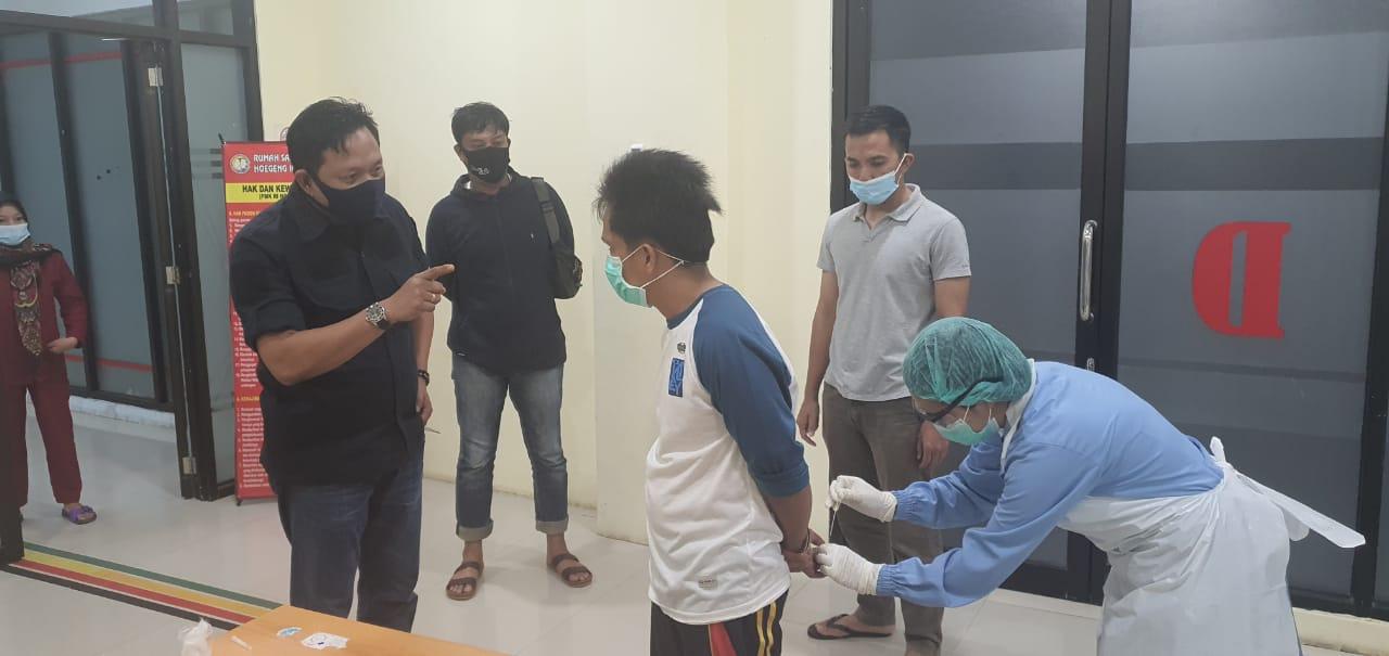 Gambar Tersangka Penjahat Sadis Itu Dirapid Test di RS Bhayangkara
