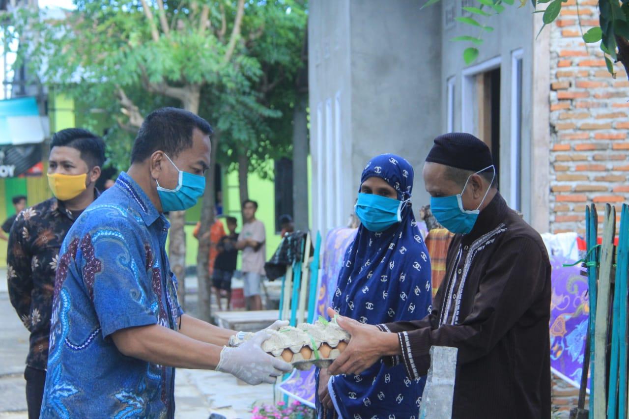 img Bupati Fahmi Beri Bantuan Bapok Kepada Keluarga Korban Covid-19