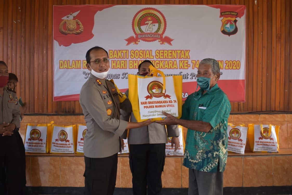Kapolres Mamuju Utara Berikan Bingkisan Kepada Purnawirawan & Warakauri Di Hari Bhayangkara Ke 74