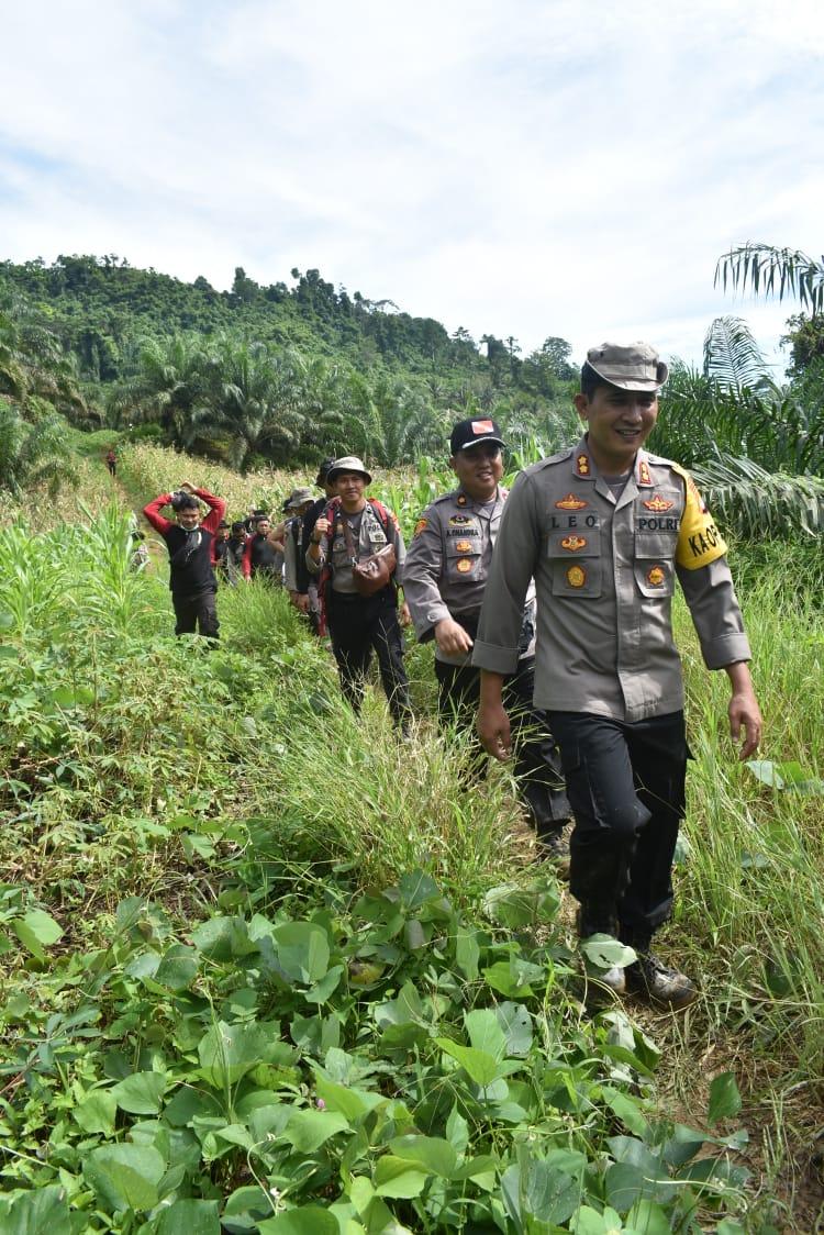 Gambar Personil Polres Pasangkayu Long March Bawa Sembako ke Pedalaman
