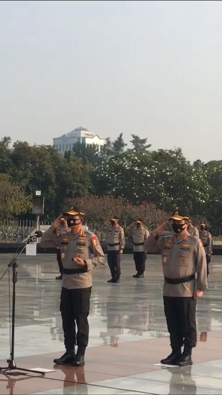 Gambar Sambut Hari Bhayangkara Ke-74 Kapolri Pimpin Tabur Bunga di TMP Kalibata