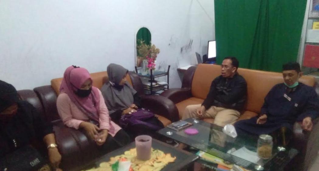Ketua Dewan Pendidikan Mamuju, Hajrul Malik (kedua dari kanan) melakukan wawancara langsung dengan Kasek SMPN 3 Kalukku di kediaman Korwas Mamuju.