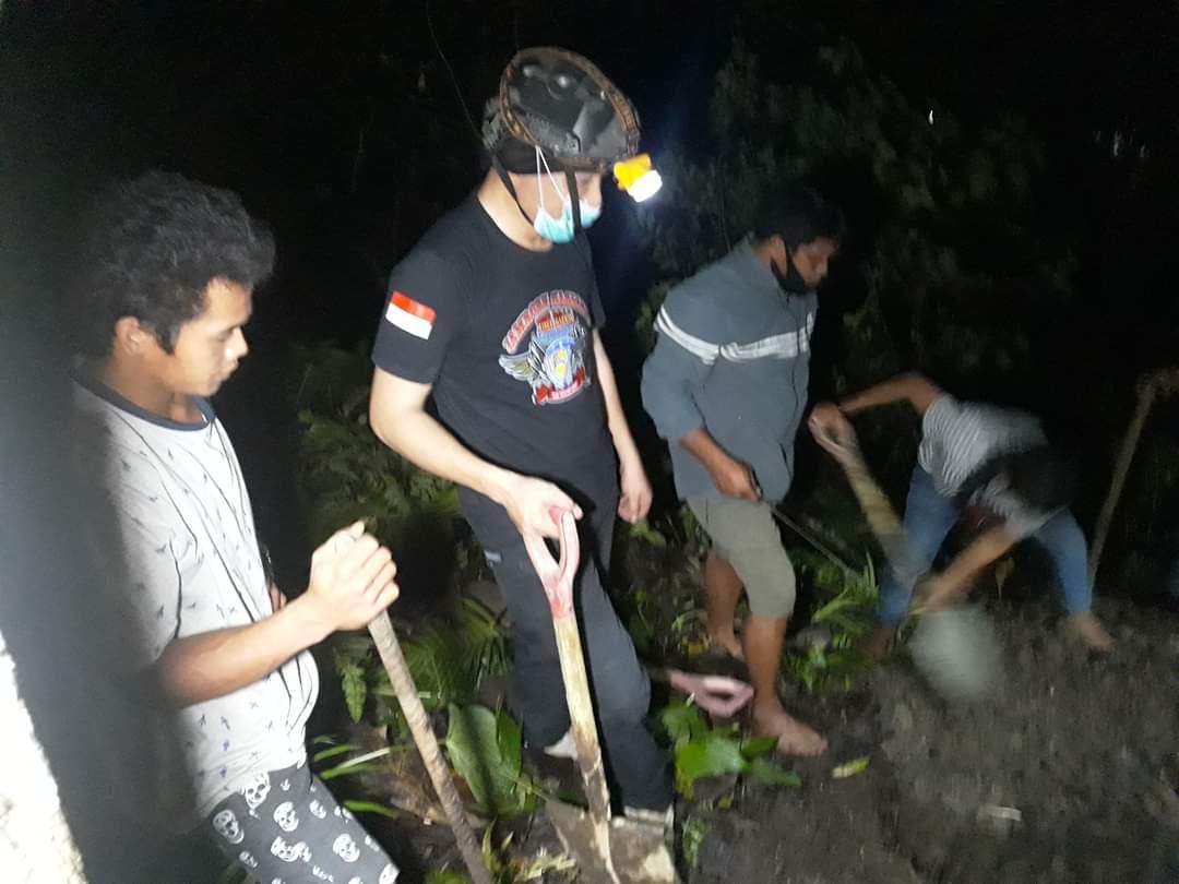 Dibantu Seorang Polisi, Akhirnya Jenazah Covid Bisa Dikuburkan