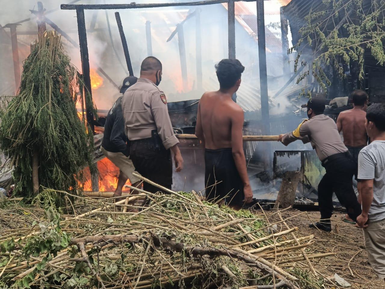 Gambar Polisi Bantu Evakuasi Kebakaran di Dusun Porendeang Majene