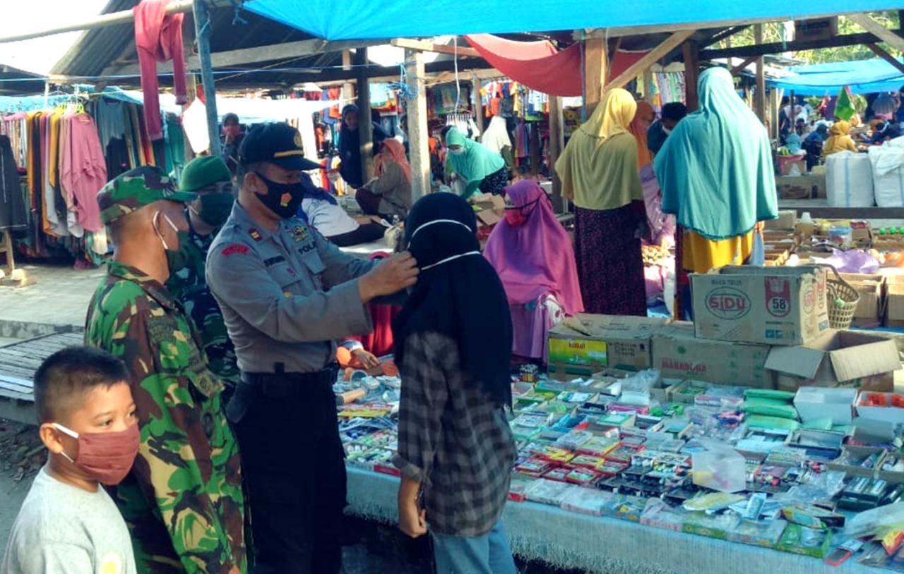 Gambar Polsek Sendana Bersama Unsur Tripika Ajak Warga Pakai Masker