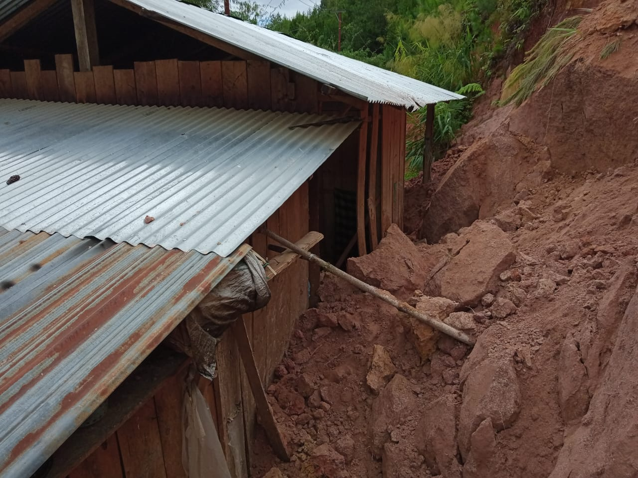 Gambar Longsor di Mamasa, Satu Rumah Nyaris Tertimbun