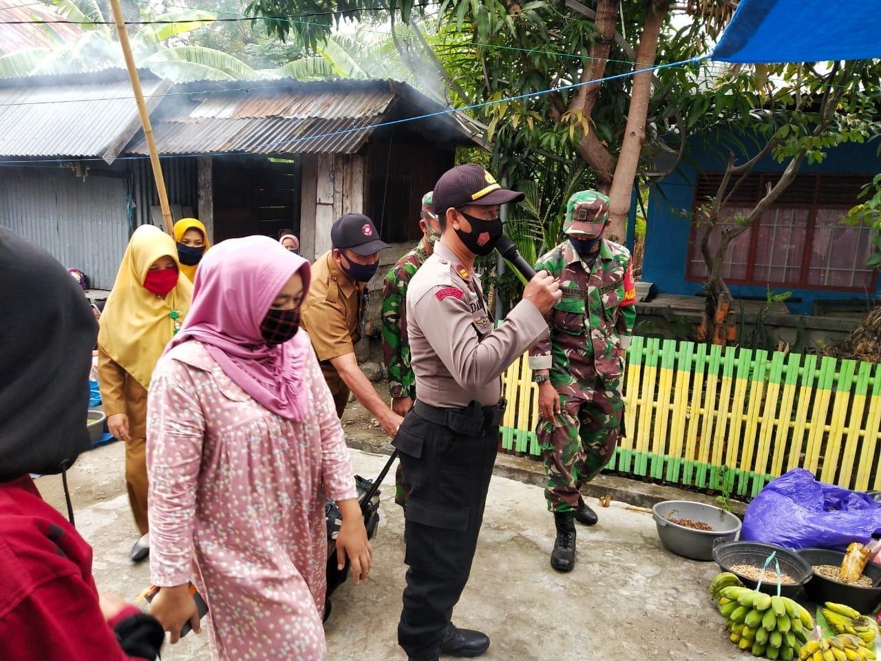 Cegah Penyebaran Covid-19, Kapolsek Pamboang Beri Edukasi Pakai Masker di Pasar Sirindu