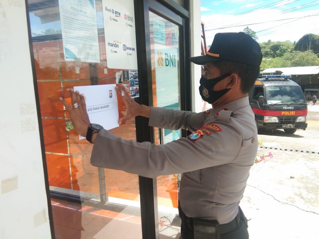 Polisi di Pasangkayu Pasang Pamflet, Ajak Warga Pakai Masker