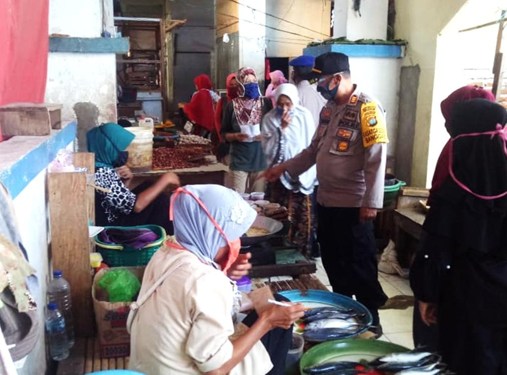Gambar Polsek Banggae Bersama Unsur Tripika Sosialisasi Pakai Masker di Pasar Sentral Majene