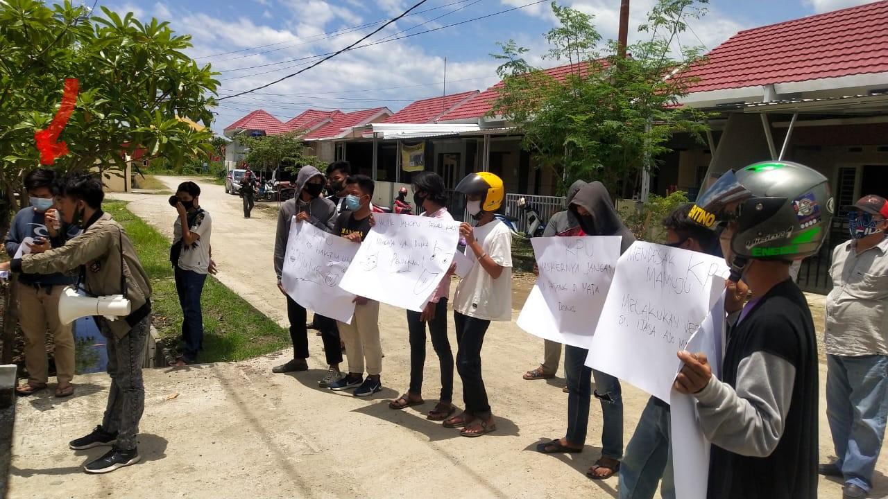Sekitar 8 Orang Komunitas Peduli Pendidikan Demo KPU Mamuju
