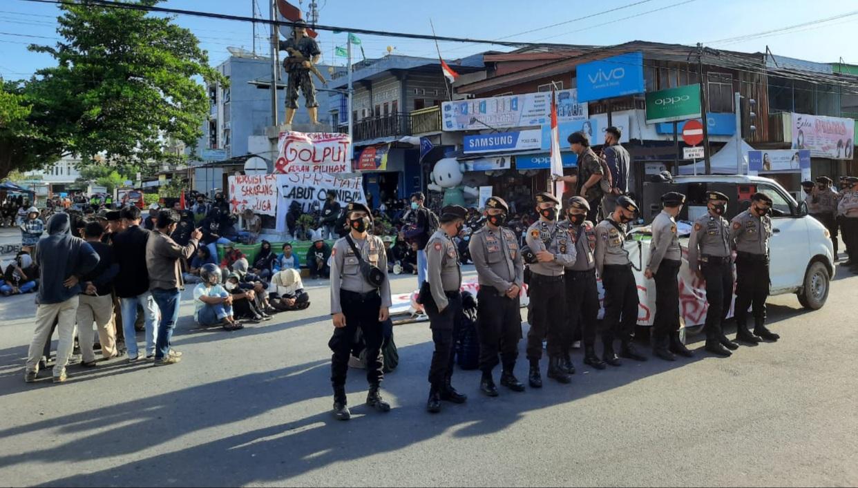 Gambar Polisi Kembali Kawal Unras Penolakan UU Cipta Kerja di Majene