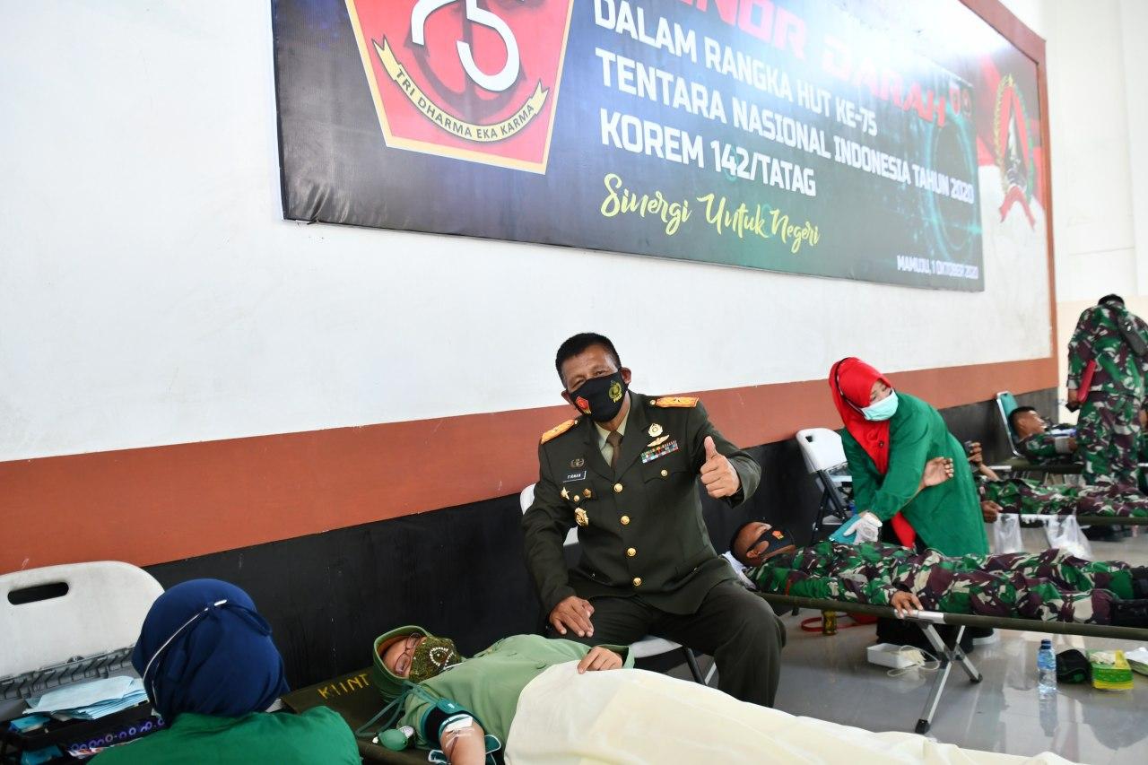 HUT TNI Ke-75, Personel Korem 142/Tatag Donorkan Darah