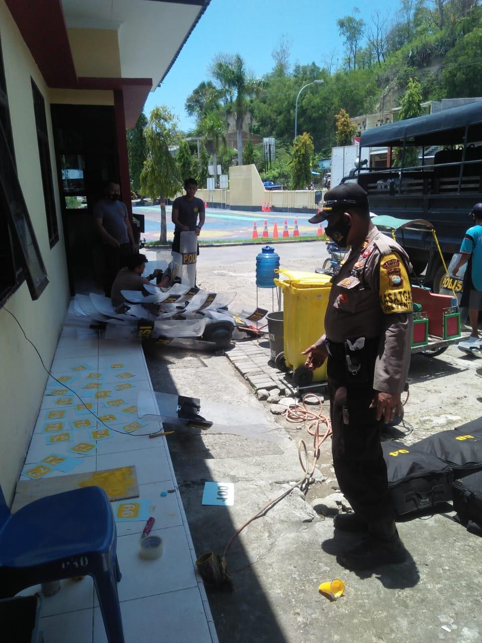 Gambar Kasat Sabhara Polres Majene Cek Kelengkapan Dalmas Anggotanya