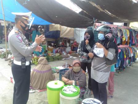 img Kasat Lantas Polres Pasangkayu Pantang Menyerah Ajak Warga Pakai Masker