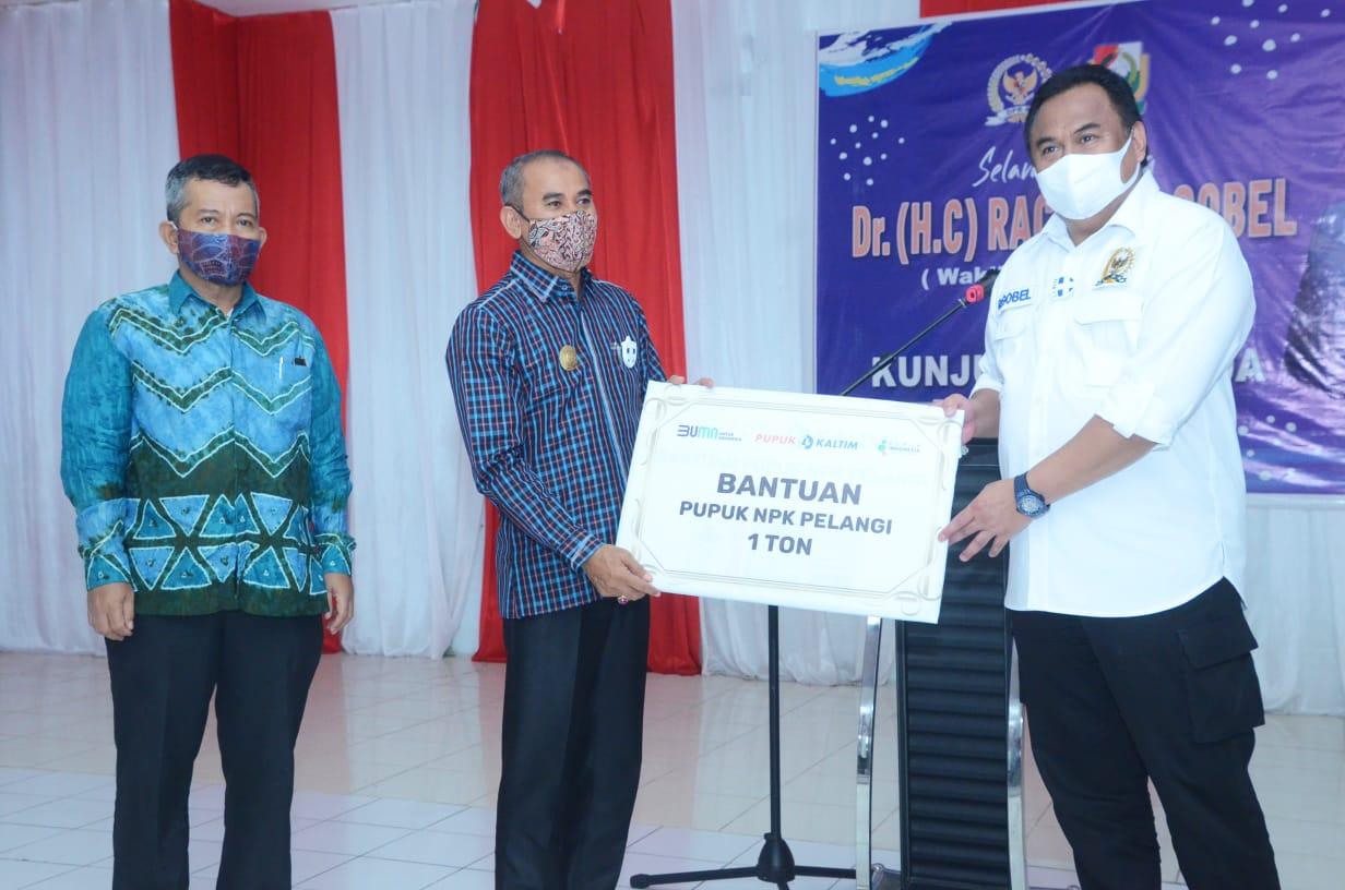img Wakil Ketua DPR RI Rahmat Gobel Serahkan Bantuan Pupuk di Majene