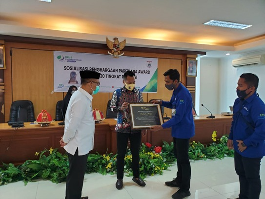 Jadi Pelopor Perlindungan Jamsostek Pekerja Rentan Melalui Dana CSR, PT Lakawan Terima Penghargaan dari BPJAMSOSTEK Sulbar