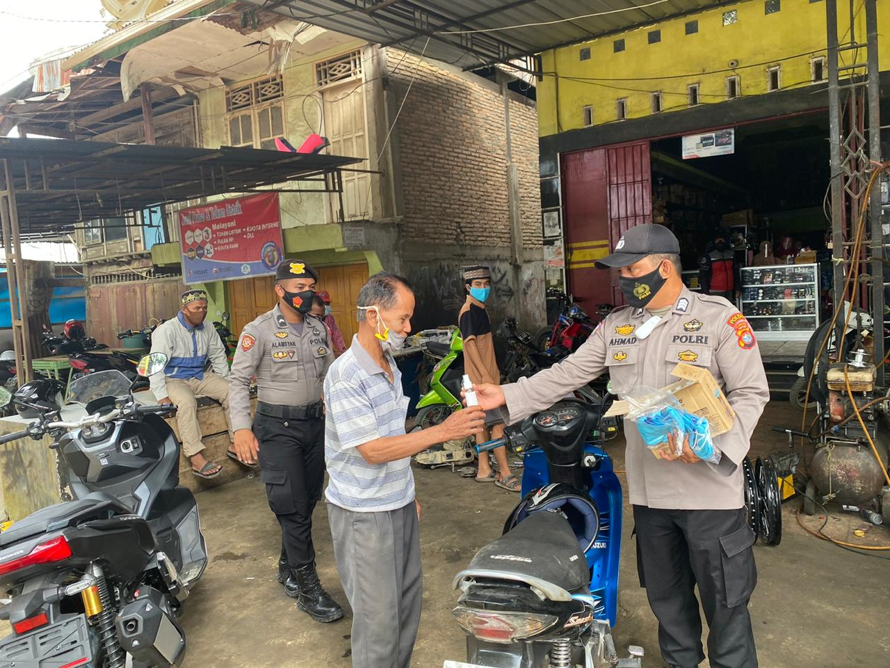 Gambar Lagi, Binmas Polres Mateng Polda Sulbar Bagikan Masker dan Hand Sanitizer Gratis